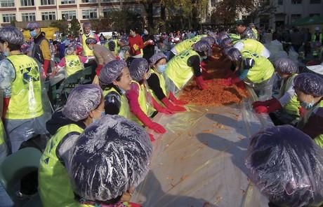 people making kimchi
