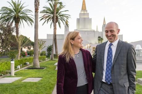 pareja delante del templo