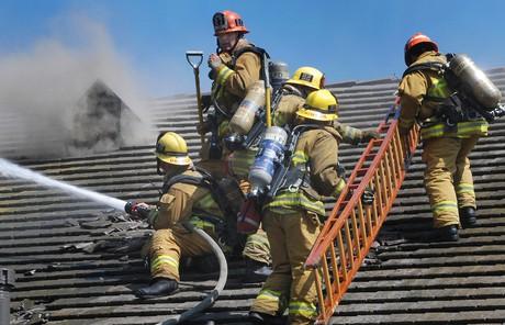 Löscharbeiten an einem brennenden Gemeindehaus