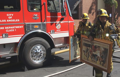Rescatando cuadros del Salvador del incendio