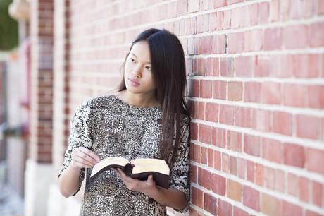 joven adulta leyendo las Escrituras