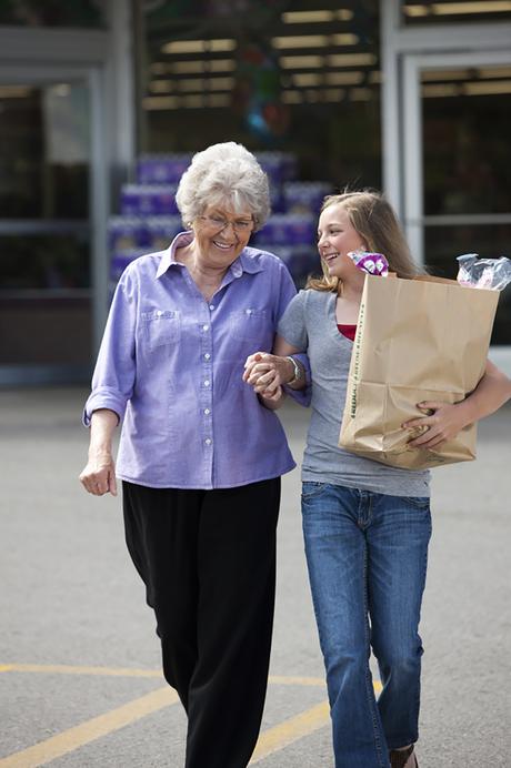 Jeune fille en train d'aider avec les courses