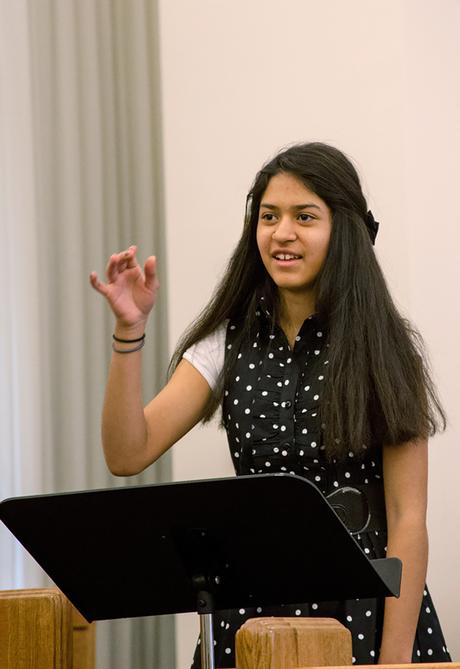 Jeune fille en train de diriger la musique