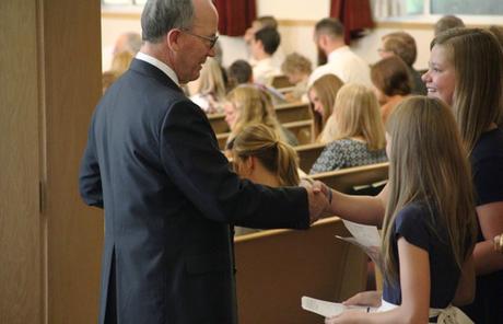 Jeunes qui accueille à l'église