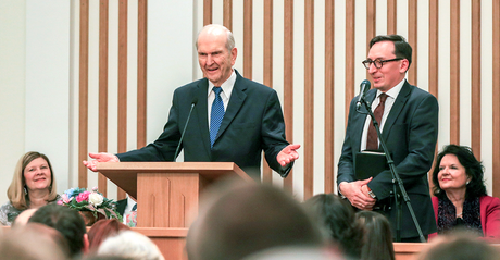 President Russell M. Nelson speaking to members in Russia