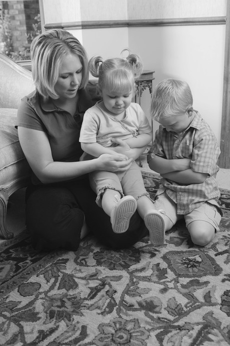 mother and children praying